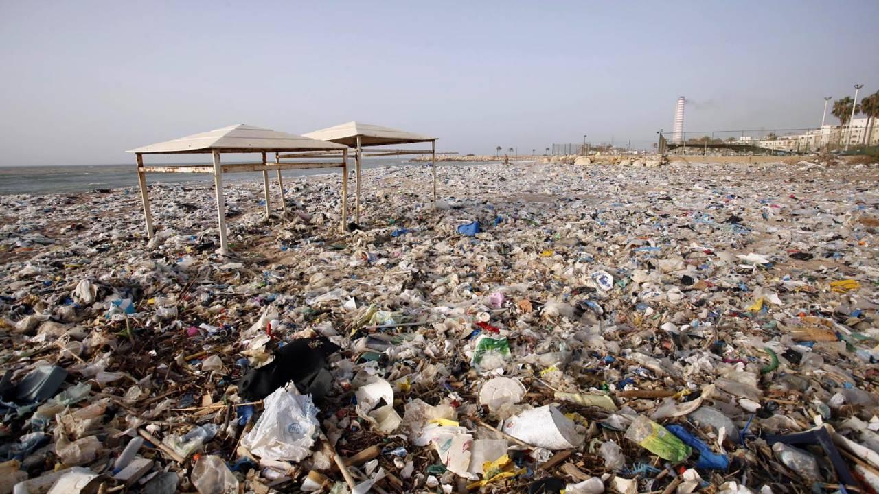 التفايات تغمر شواطئ لبنان